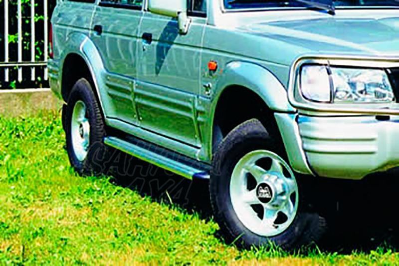 Estribos en plataforma de aluminio. Tipo S50 para Galloper Exceed 1991-2003 (5 puertas) - (vehículos sin faldones laterales)