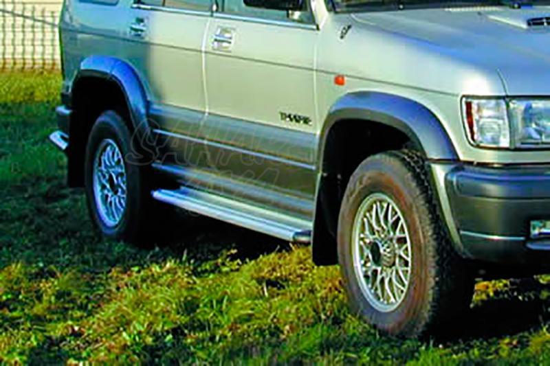 Estribos en plataforma de aluminio. Tipo S50 para Isuzu Trooper 1999- - Modelo 5 puertas.