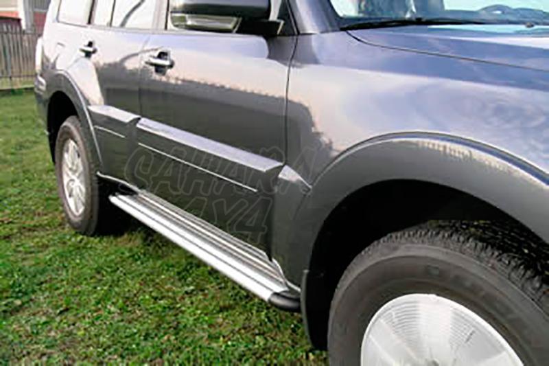 Estribos en plataforma de aluminio. Tipo S50 para Mitsubishi Montero V60/V80 - Para V60 (3p) 2000-2006 (vehículos sin faldones laterales) y V80 (3p) 2007-