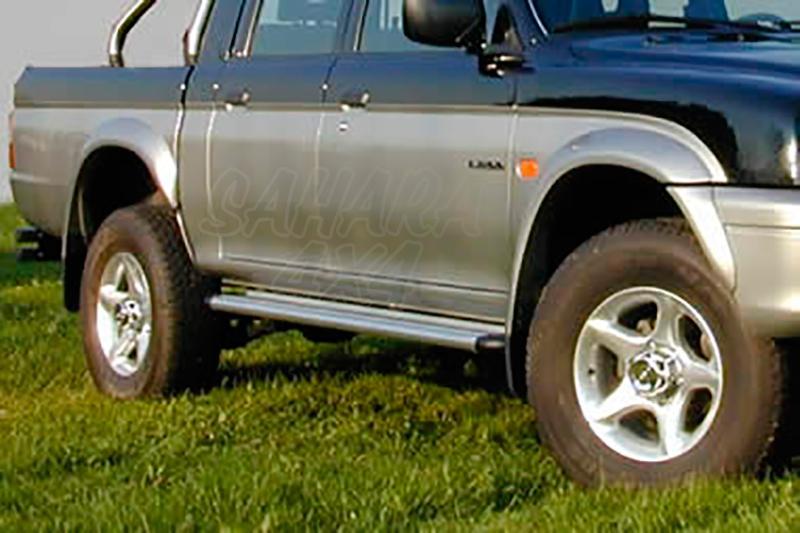 Estribos en plataforma de aluminio. Tipo S50 para Mitsubishi L-200 1996-2006 -