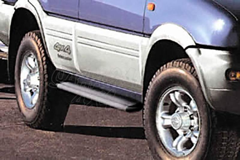 Estribos en plataforma de aluminio. Tipo S50 para Ford Maverick I/Nissan Terrano II - Ford Maverick I y Nissan Terrano II (5 puertas)