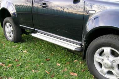 Estribos en plataforma de aluminio. Tipo S50 para Tata Xenon 2007- - Para 3 puertas