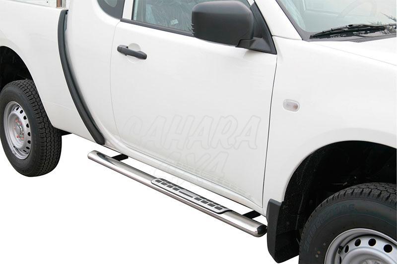 Pareja de estribos en tubo inox, sección oval, con pisantes. Tipo DSP para Mitsubishi L-200 - Para Triton 2010-2015 (Extra cabina)