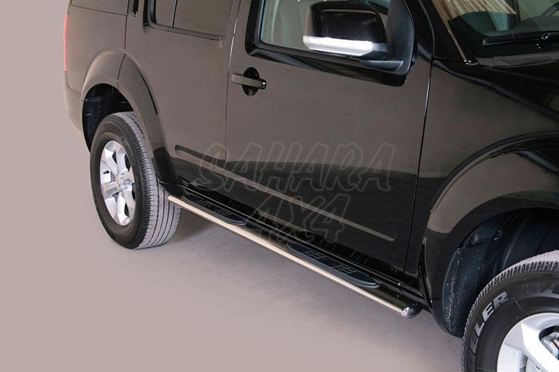 Pareja de estribos en tubo inox, sección oval, con pisantes para Nissan Pathfinder 2010- -