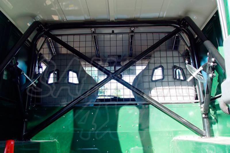 Rollbar (barras antivuelco) interior trasero en tubo negro para vehículo comercial. - Defender 90 comercial.