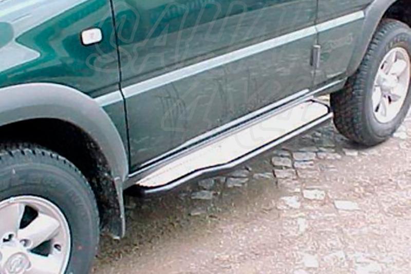Estribos en plataforma de aluminio con tubo negro Ø50mm para Ford Maverick I y Nissan Terrano II