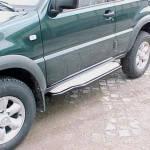 Estribos en plataforma de aluminio con tubo negro Ø50mm para Ford Maverick I y Nissan Terrano II - Ford Maverick I y Nissan Terrano II (5 puertas)