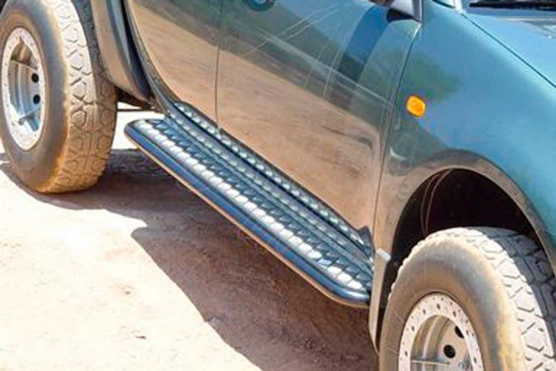 Estribos en plataforma de aluminio (gota) con tubo negro para Ford Ranger/Mazda BT50 2006-2012 - Estribos en plataforma de aluminio (gota) con tubo negro (simple, doble and extra cab. 2006-2009; doble cab. 2009-)