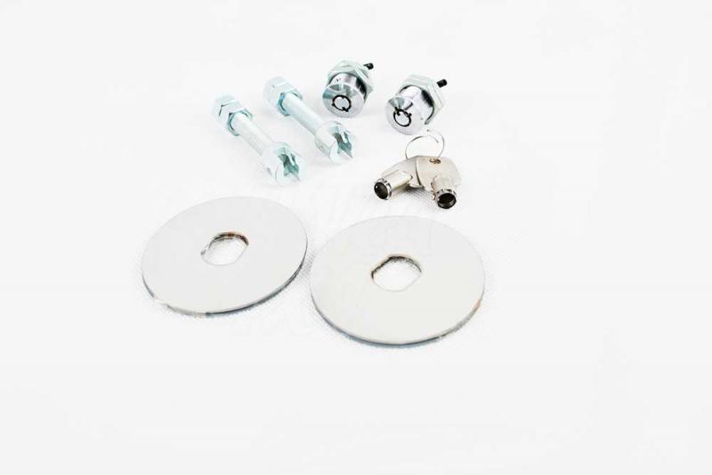 Cierre de Capó/Maletero con llave - Placa superior con acabado cromado. Se suministra con dos llaves para su apertura para una mayor seguridad.
